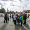 Grupa zwiedzająca miasto